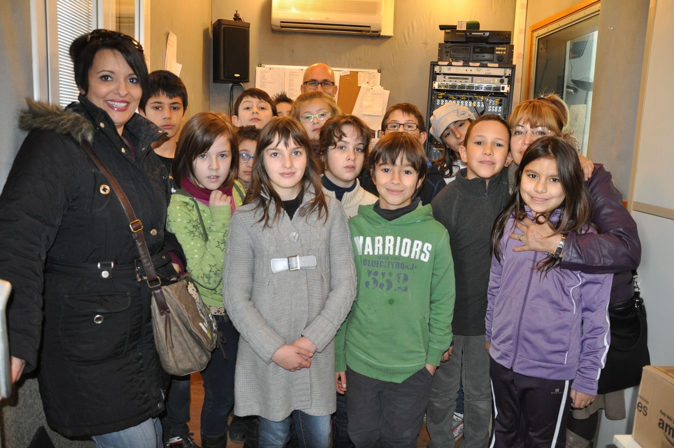Desenes d'alumnes visiten la r&#224;dio -Imatge 1-