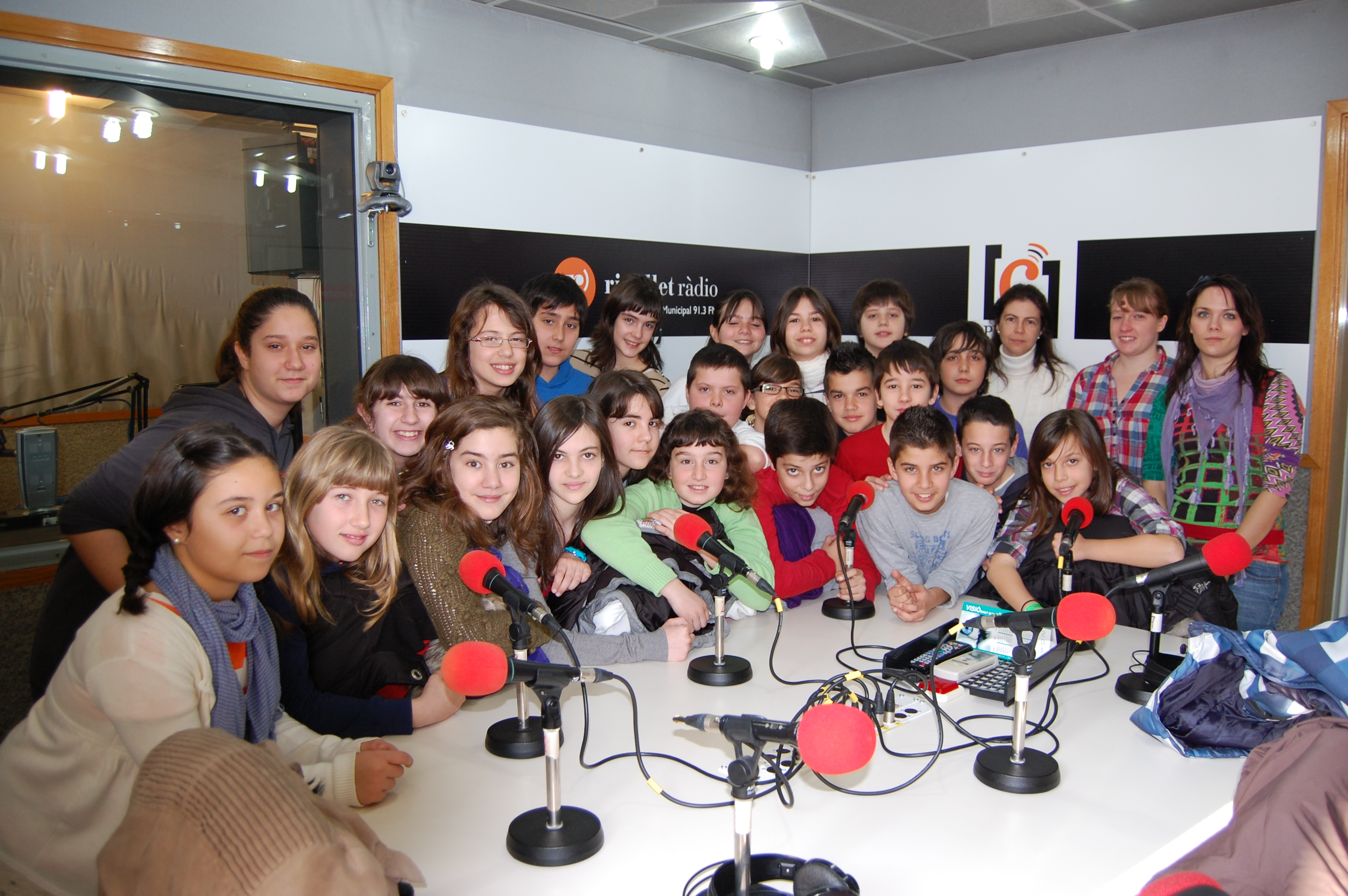 Desenes d'alumnes visiten la r&#224;dio -Imatge 4-