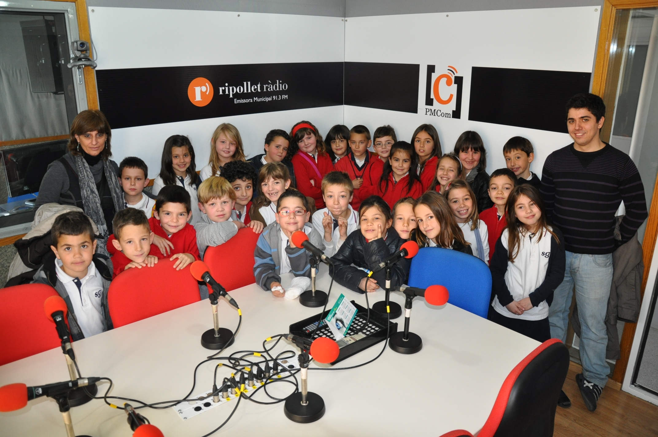 Desenes d'alumnes visiten la r&#224;dio -Imatge 5-
